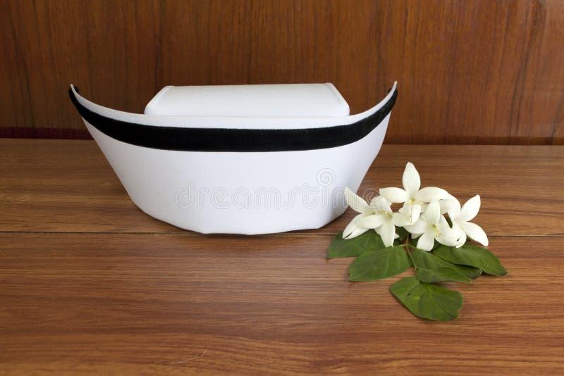 Van de hoedenverpleegster het wit en van Millingtonia hortensisbloemen royalty-vrije stock foto