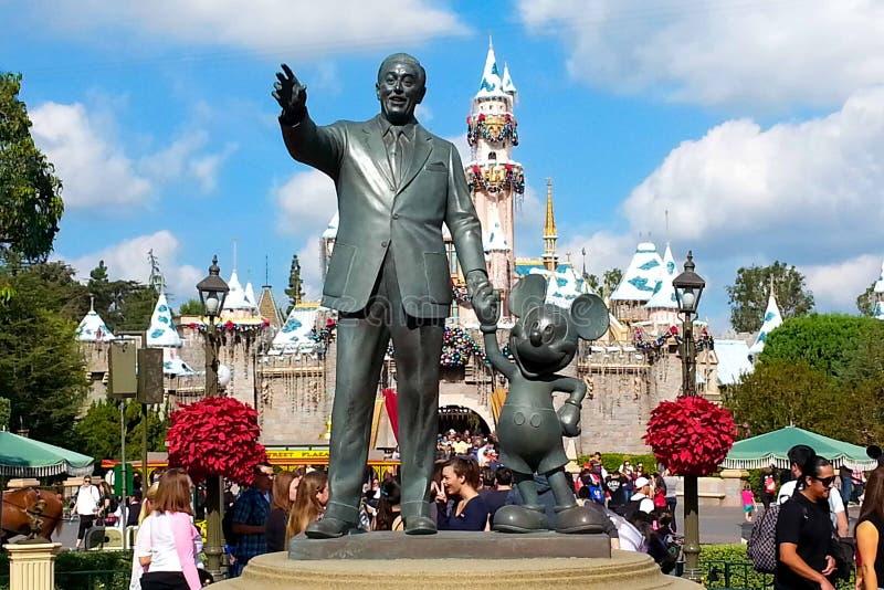 Van de holdingsmickey mouse van bronswalt disney de handstandbeeld in Disneyland royalty-vrije stock foto