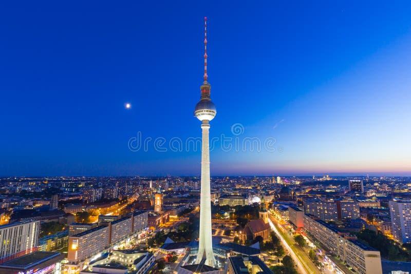 Van de horizontv van Berlijn de toren Alexanderplatz bij de stadsstreptokok van nachtduitsland stock fotografie
