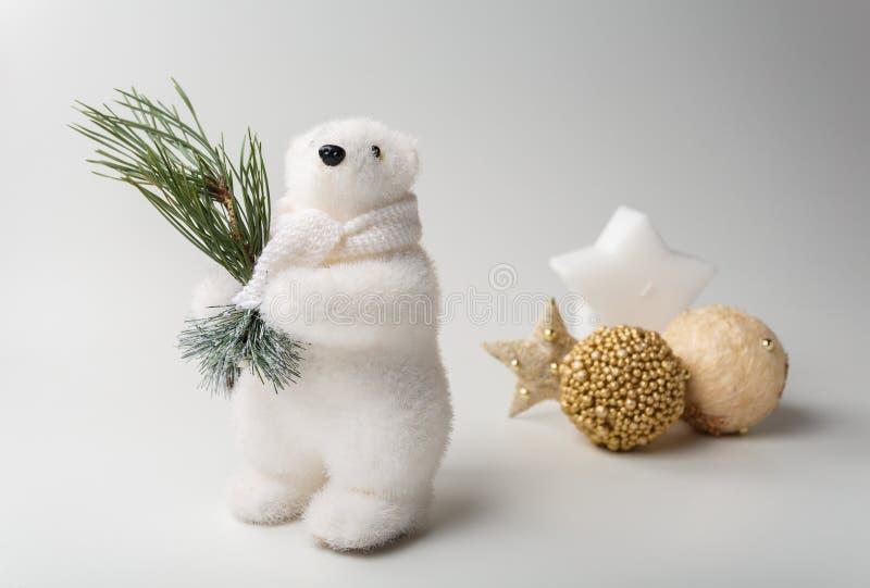 Van de ijsbeerwinter en Kerstmis decoratie op witte achtergrond royalty-vrije stock foto