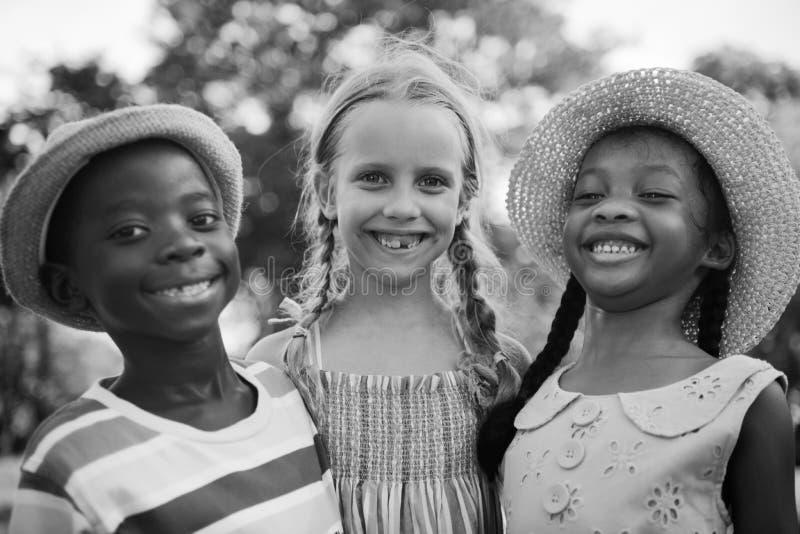 Van de Jongensmeisjes van kindvrienden Concept van de Aardnakomelingen het Speelse stock afbeeldingen