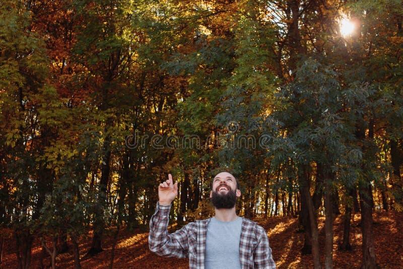 Van de de kerelaard van dalings bos gelukkige hipster de herfstbomen royalty-vrije stock foto's