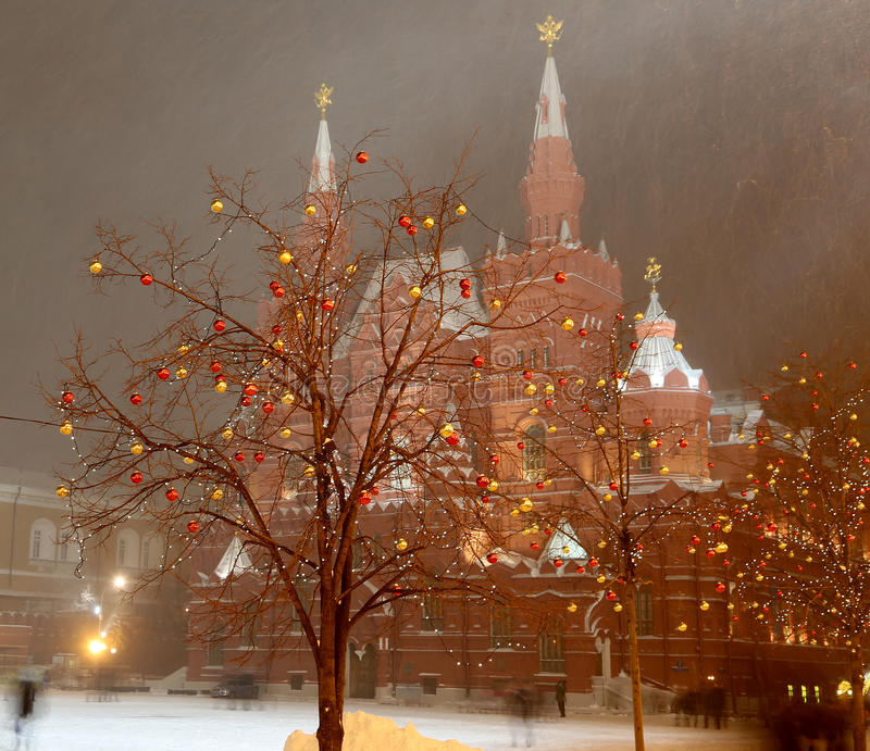 Van de Kerstmis (Nieuwjaarvakantie) verlichting en Staat Historisch Museum bij nacht, Rood Vierkant in Moskou, Rusland stock foto