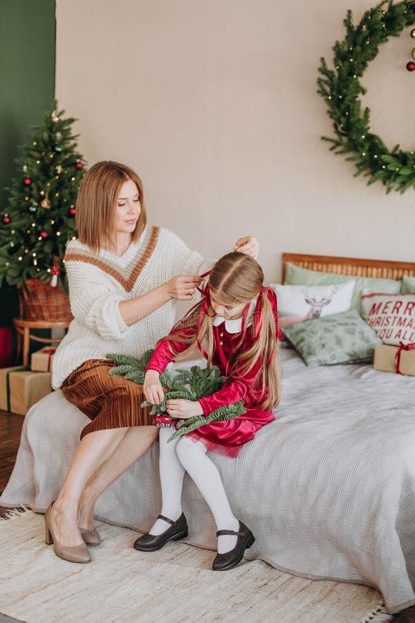 Van de de kledingsmoeder van meisjesbourgondië Kerstmis rustieke ruimte royalty-vrije stock afbeelding