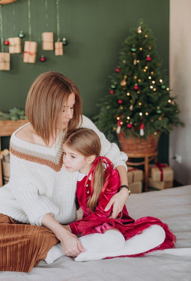 Van de de kledingsmoeder van meisjesbourgondië Kerstmis rustieke ruimte royalty-vrije stock afbeeldingen