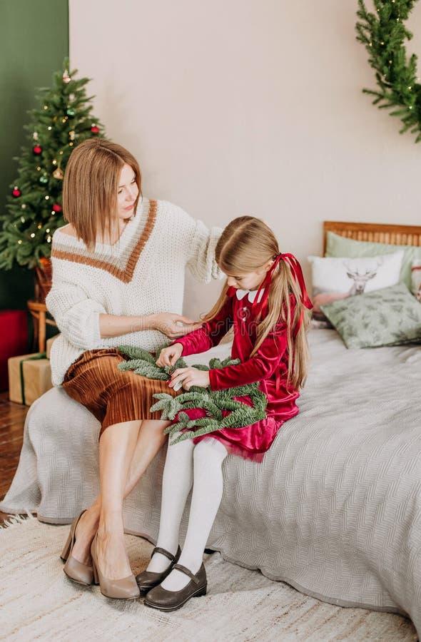 Van de de kledingsmoeder van meisjesbourgondië Kerstmis rustieke ruimte royalty-vrije stock fotografie