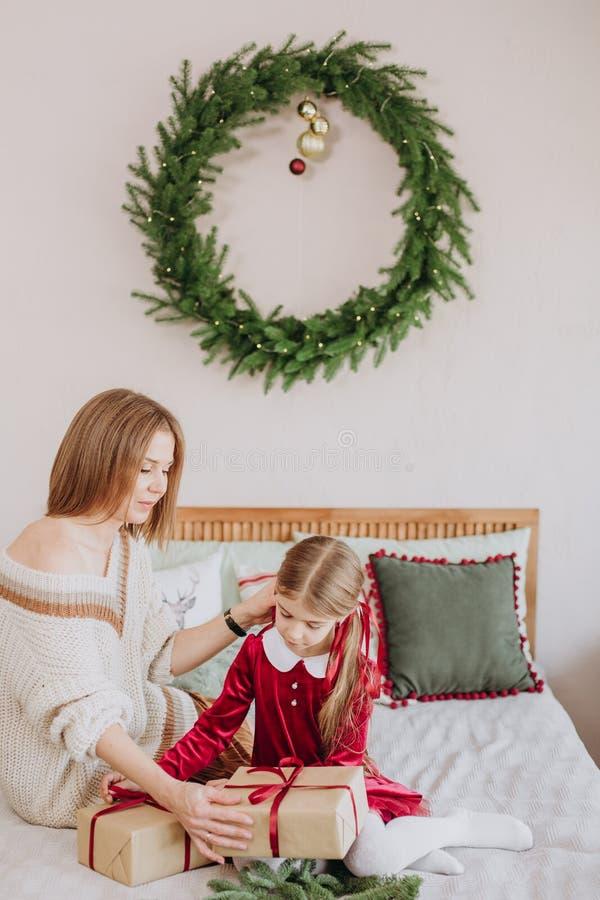 Van de de kledingsmoeder van meisjesbourgondië Kerstmis rustieke ruimte stock afbeeldingen
