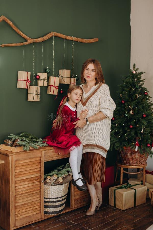 Van de de kledingsmoeder van meisjesbourgondië Kerstmis rustieke ruimte royalty-vrije stock foto's