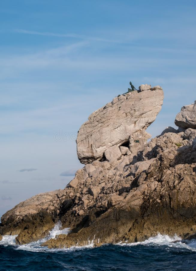 Van de klippenlandschap en rots vormingen op het Eiland Capri in de Baai van Napels, Italië Gefotografeerd terwijl op een rondvaa stock afbeelding