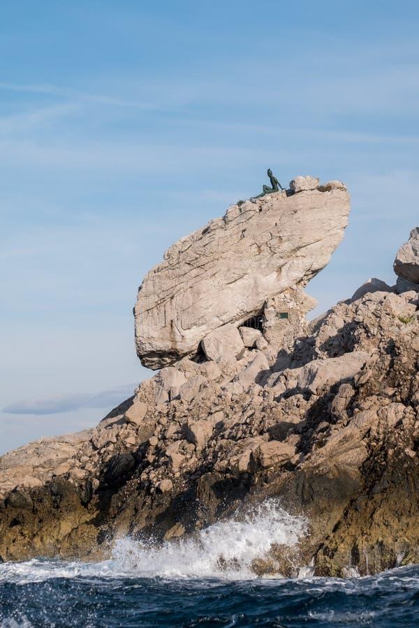 Van de klippenlandschap en rots vormingen op het Eiland Capri in de Baai van Napels, Italië Gefotografeerd terwijl op een rondvaa royalty-vrije stock afbeelding