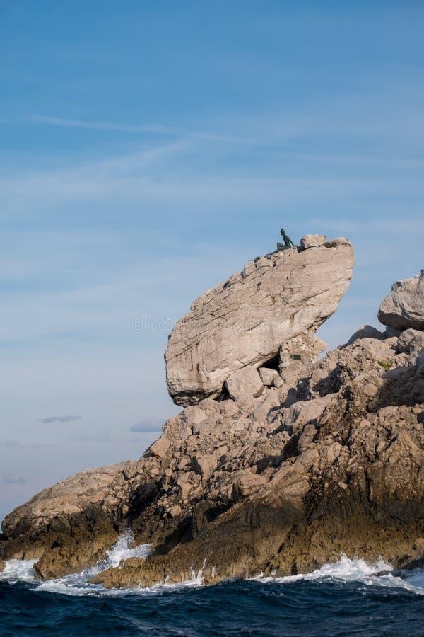 Van de klippenlandschap en rots vormingen op het Eiland Capri in de Baai van Napels, Italië Gefotografeerd terwijl op een rondvaa royalty-vrije stock afbeeldingen