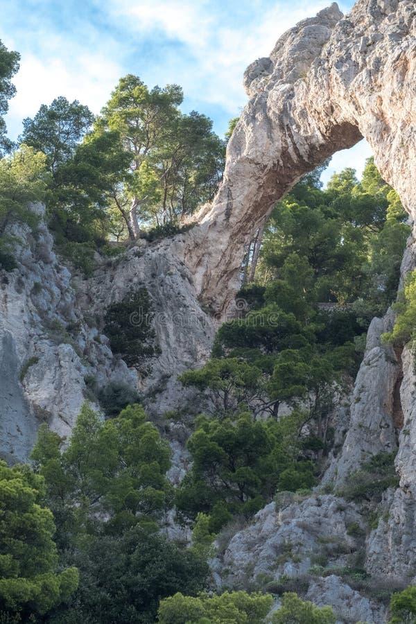 Van de klippenlandschap en rots vormingen op het Eiland Capri in de Baai van Napels, Italië Gefotografeerd terwijl op een rondvaa royalty-vrije stock foto