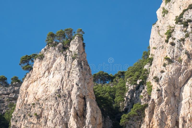Van de klippenlandschap en rots vormingen op het Eiland Capri in de Baai van Napels, Italië Gefotografeerd terwijl op een rondvaa stock afbeeldingen