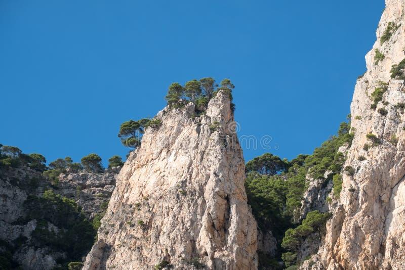 Van de klippenlandschap en rots vormingen op het Eiland Capri in de Baai van Napels, Italië Gefotografeerd terwijl op een rondvaa stock foto