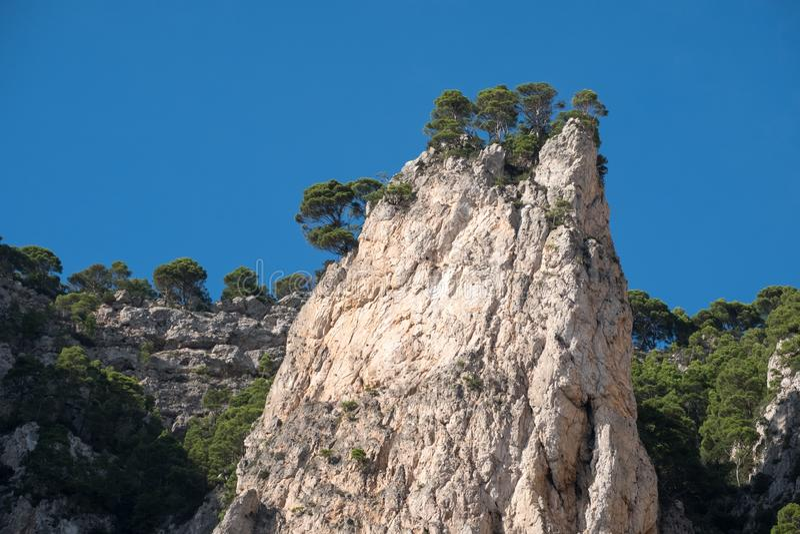 Van de klippenlandschap en rots vormingen op het Eiland Capri in de Baai van Napels, Italië Gefotografeerd terwijl op een rondvaa royalty-vrije stock fotografie