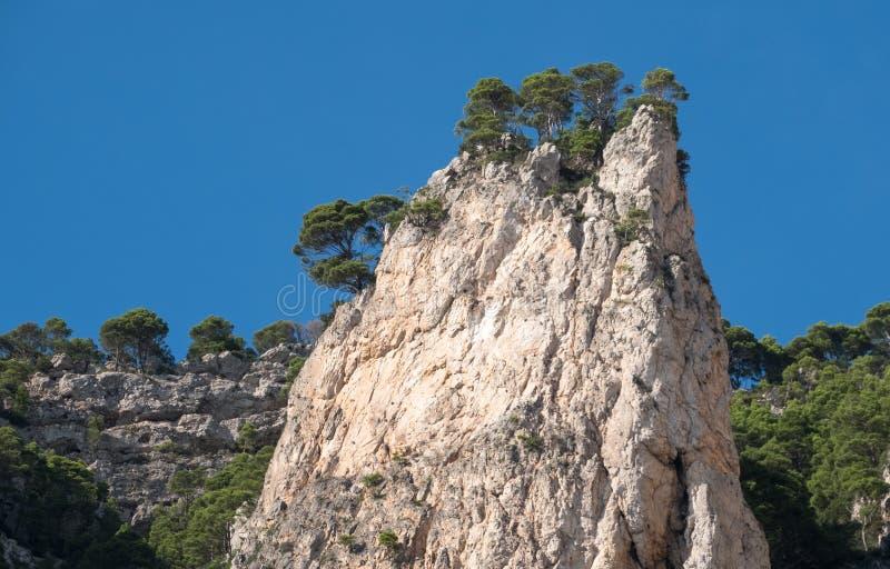 Van de klippenlandschap en rots vormingen op het Eiland Capri in de Baai van Napels, Italië Gefotografeerd terwijl op een rondvaa stock fotografie