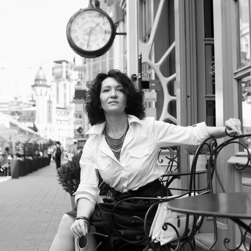 Van de de klokstijl van de vrouwenkoffie van de de stads eenzame verwachting de manierstijl stock afbeelding