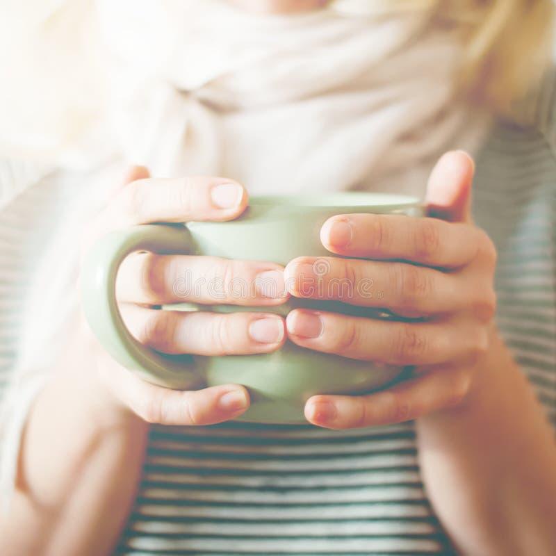 Van de Koffie de Vrouwelijke Handen van de kopthee Gestemde Foto Greep stock foto's