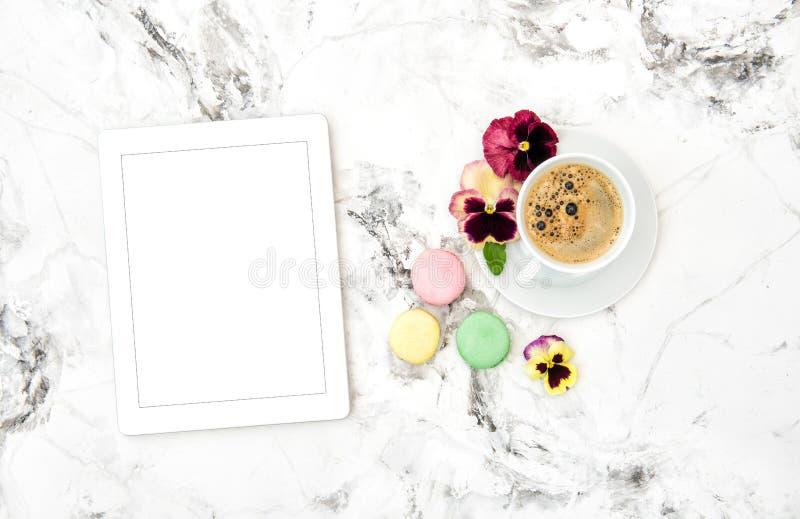 Van de koffiekoekjes van tabletpc het de lenteviooltje bloeit Bloemenvlakte lag royalty-vrije stock foto's