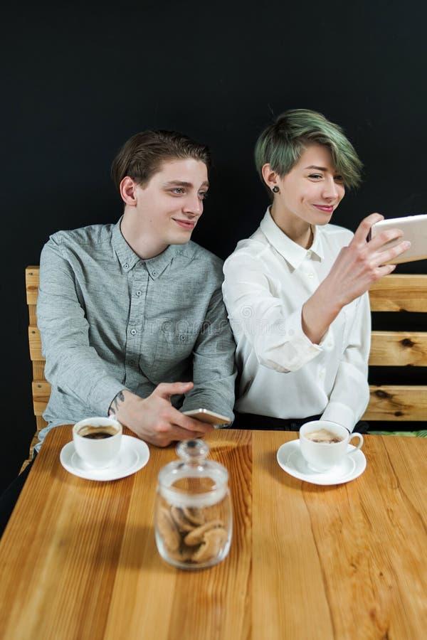 Van de de koffiewinkel van de vriendenontmoetingsplaats de jeugdvrije tijd selfie stock afbeelding