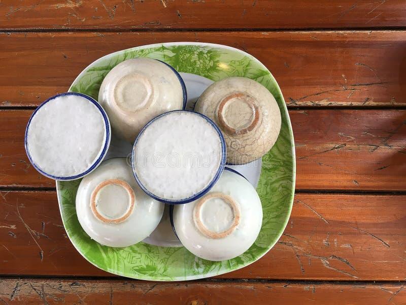 Van de Kop zetten de Thaise Khanom Thuai van de kokosmelksnack Thaise desserts D stock afbeelding