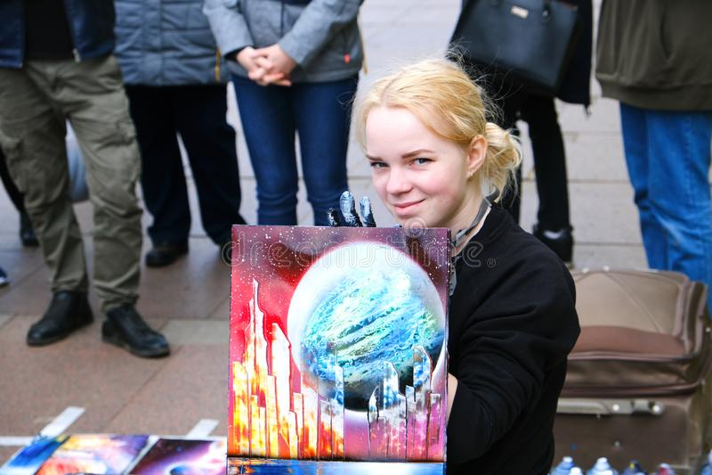 Van de kunstenaarsYoung van de meisjesstraat het mooie blonde Straatkunst in het proces, straat kunstenaar-schilder Heilige-Peter royalty-vrije stock foto's