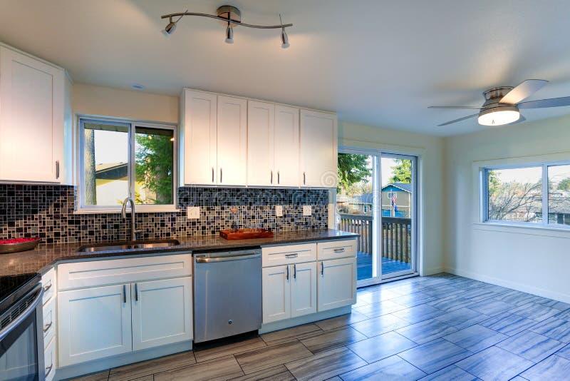 Van de l-vorm het ontwerp keukenruimte stock fotografie