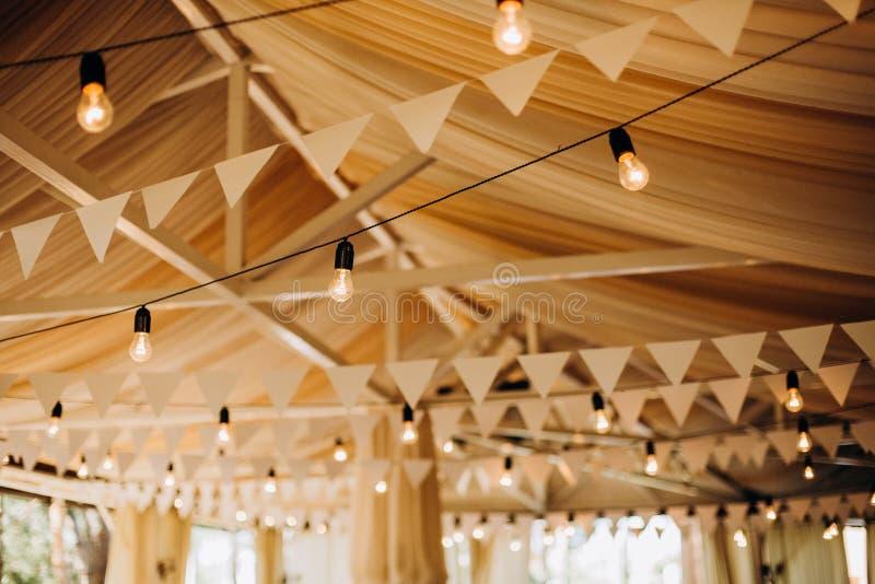 Van de lampenvlaggen van de decor feestelijke verlichting de zaalviering royalty-vrije stock foto