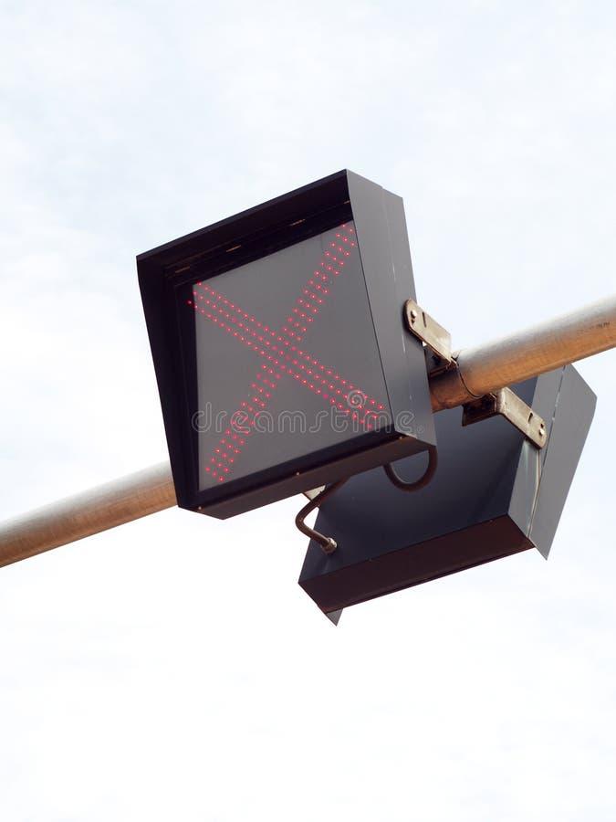 Van de LEIDENE het lichte die teken verkeerslamp over de straat wordt geïnstalleerd stock afbeelding