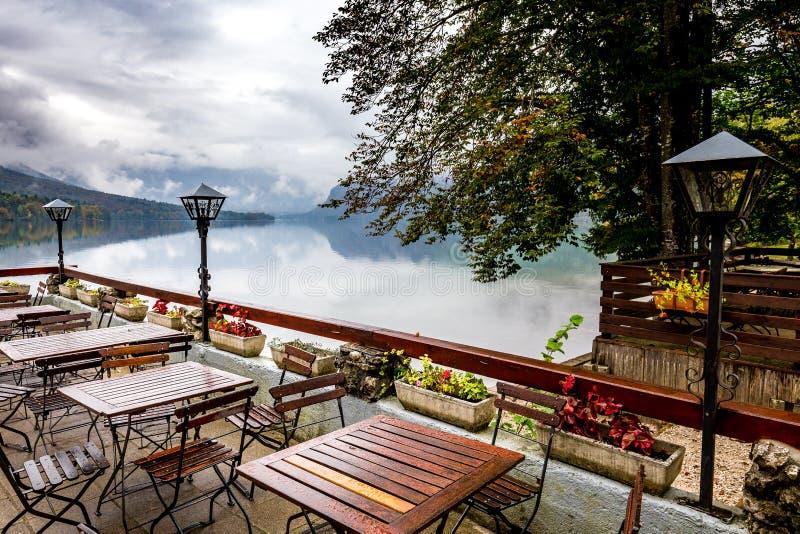Van de lijstenbohinj van de restaurantkoffie de lege mening van de het meerherfst, Slovenië stock afbeeldingen