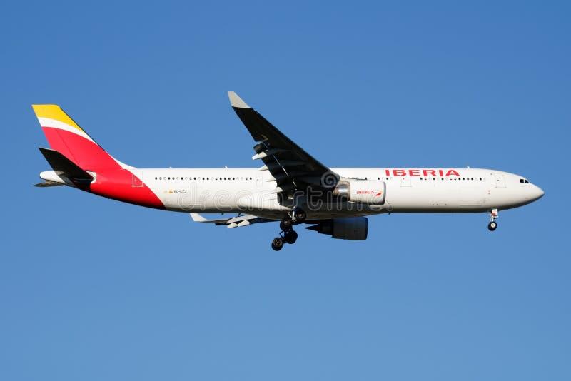 Van de de Luchtvaartlijnenluchtbus A330-300 van IBERIA de passagiersvliegtuig dat EG-LZJ bij de Luchthaven van Madrid landt Baraj royalty-vrije stock afbeelding