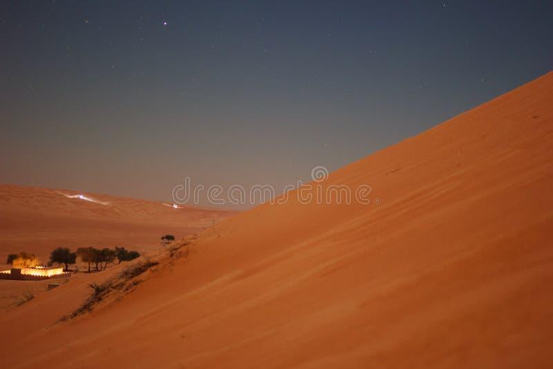 Van de middernachtwoestijn en oase lichten royalty-vrije stock foto's