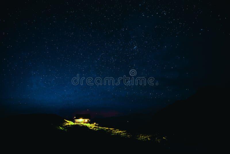 Van de de Nacht lange Blootstelling van de berghut de Sterhemel royalty-vrije stock foto's