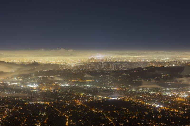 Van de de Nachtmist van Los Angeles Lucht de Horizonweergeven royalty-vrije stock afbeelding