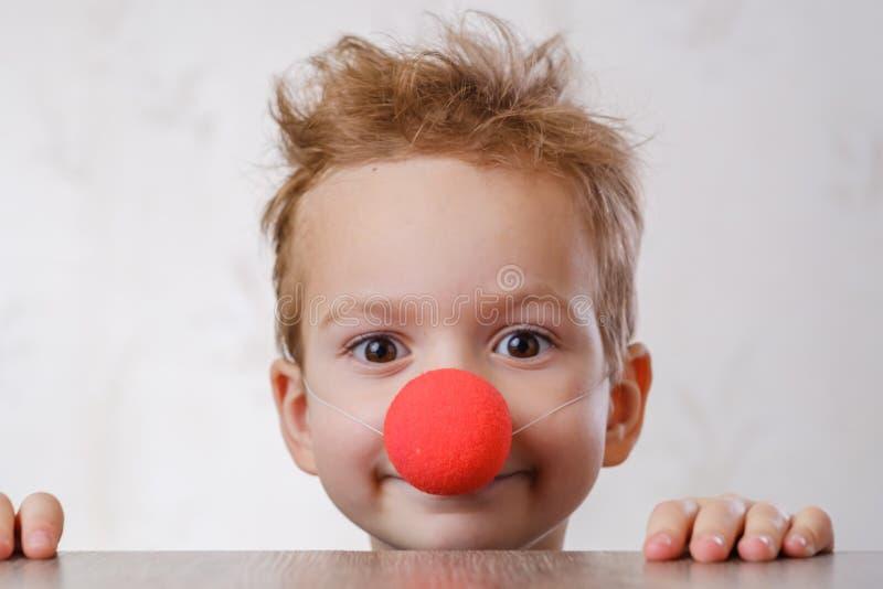 Van de neusclown wit kind als achtergrond jong geitjecircus stock fotografie