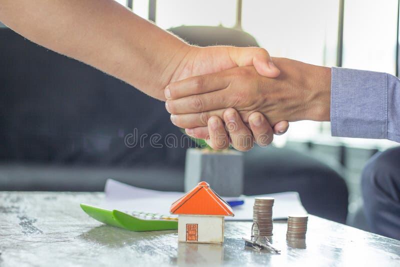 Van de onroerende goederenmakelaar en klant het schudden handen na het ondertekenen van mede royalty-vrije stock afbeeldingen
