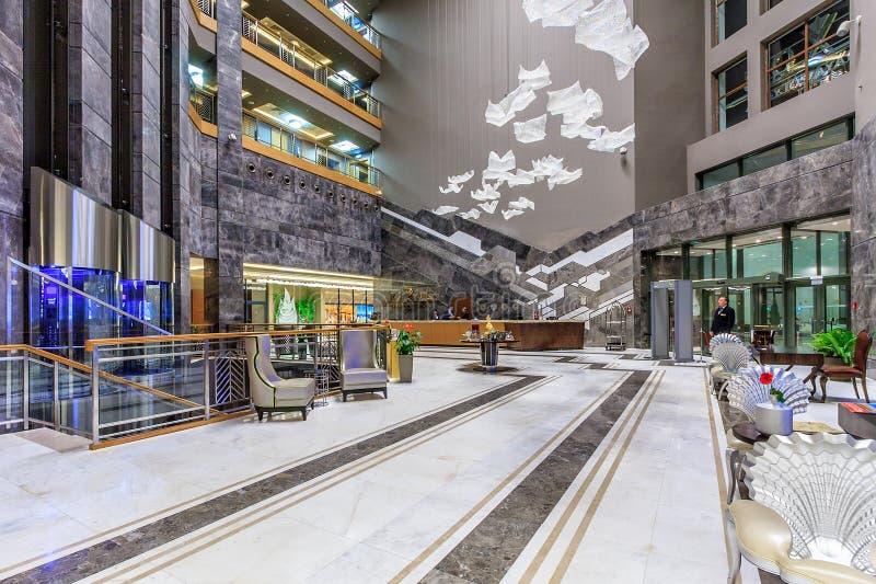 Van de de ontvangstzaal van Rixoskrasnaya Polyana Hotelin Sotchi het binnenlandse ontwerp met modern decor en het comfortabele pl stock foto