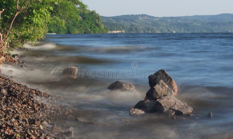 Van de overzeese de rots van het de lijneffect golvenzweep op het strand royalty-vrije stock foto's