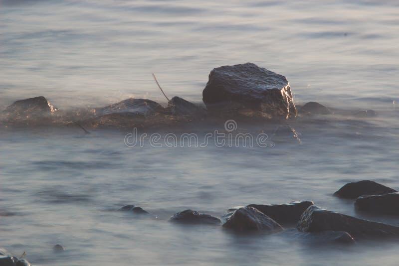 Van de overzeese de rots van het de lijneffect golvenzweep op het strand royalty-vrije stock foto