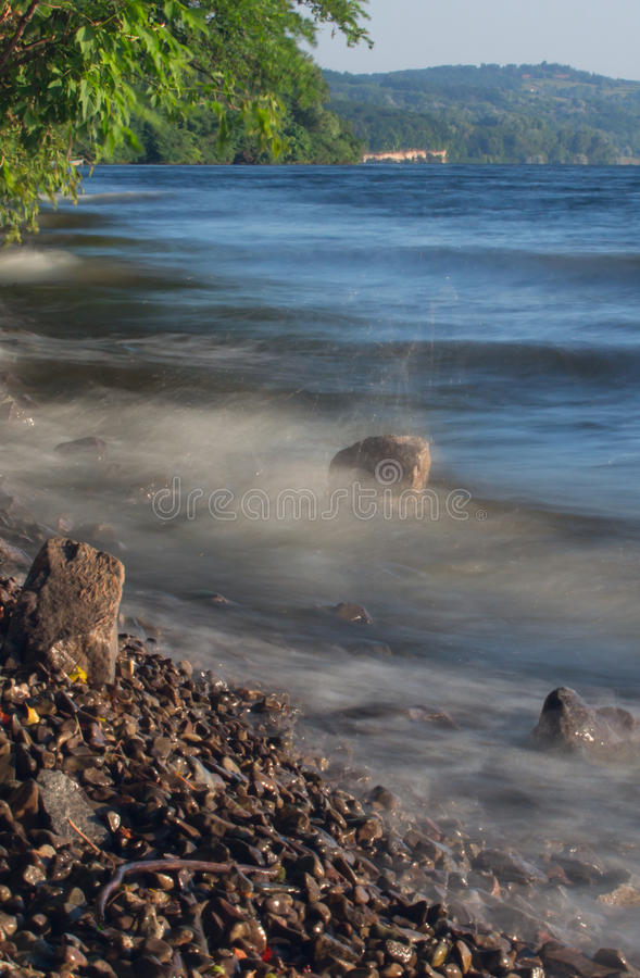 Van de overzeese de rots van het de lijneffect golvenzweep op het strand royalty-vrije stock afbeelding
