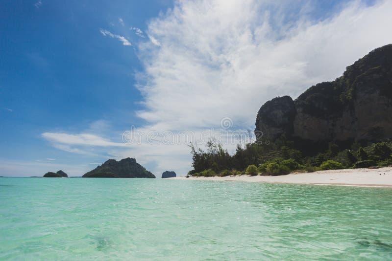 Van de overzeese van de het zandzon strand het blauwe hemel landschap van de het daglichtontspanning, Phuke royalty-vrije stock afbeeldingen