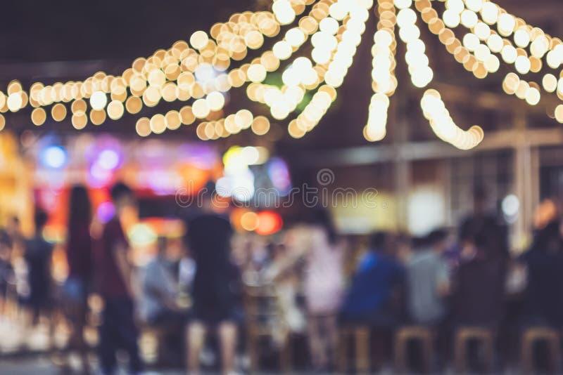 Van de Partij Openlucht Vage Mensen van de festivalgebeurtenis Lichten Als achtergrond royalty-vrije stock fotografie