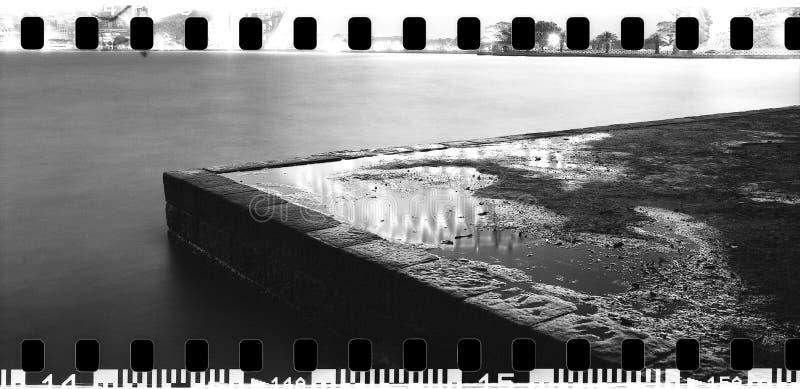 Van de pijlersydney harbour NSW Australië van de hoeksteen van het de nacht brede panorama zwart-wit de stadslichten die water op stock foto