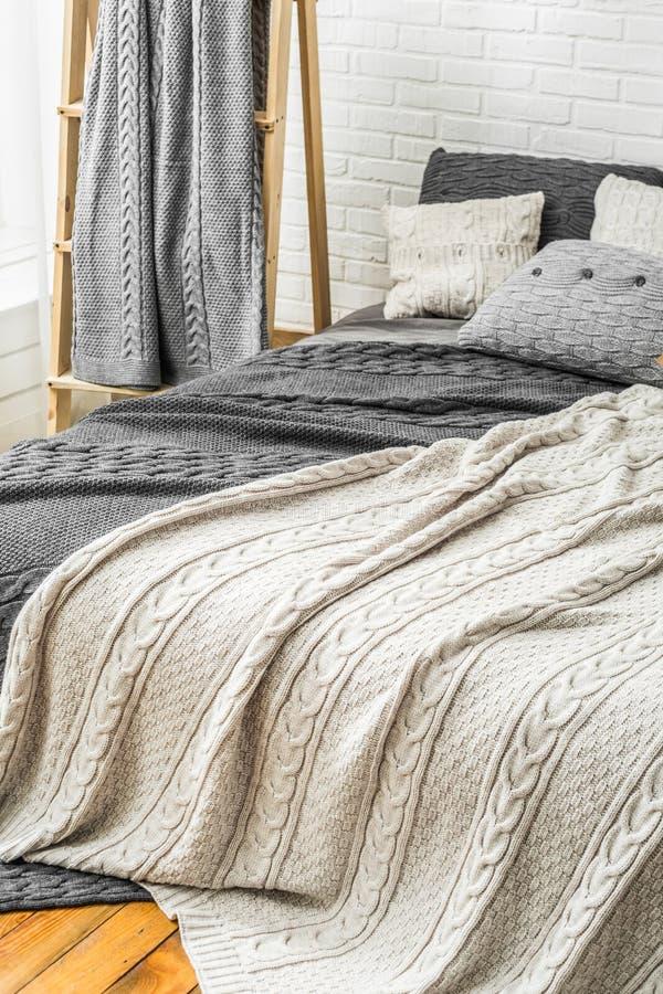 Van de de plaidsprei van het slaapkamerdecor binnenlandse witte grijs royalty-vrije stock foto