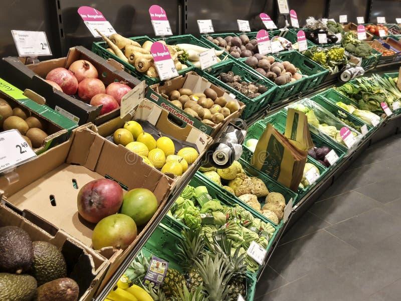 Van de planken plantaardige kratten van het supermarktfruit de dozentekens stock foto