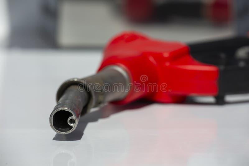 Van de de pompbrandstof van het benzinepistool de pomp van het de pijpbenzinestation Mensen bijtankende benzine met brandstof in  stock fotografie