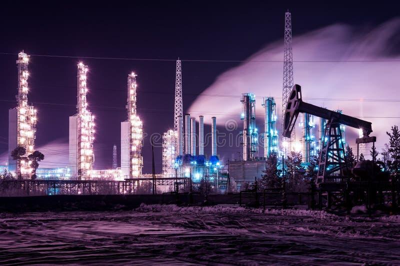 Van de pomphefboom en raffinaderij nacht Chemisch de torensdetail van de de industriedistillatie bij nacht Het thema van het olie royalty-vrije stock foto