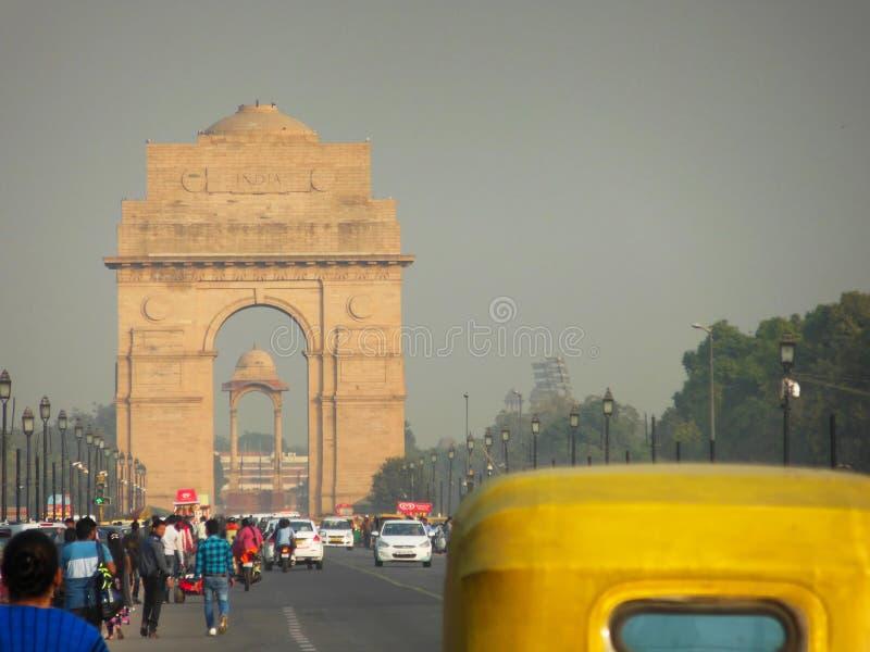 Van de Poortdelhi van India niet geïdentificeerd de mensen en de toeristenverkeer 2 Dec 2017 Delhi stock afbeelding