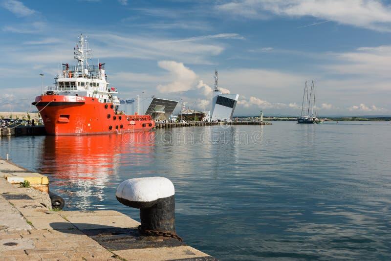 Van de de Regenboogstrijder van Greenpeace het varend schip en Opal Valletta Offshore Supply Ship bij de Haven van Burgas, Bulgar stock afbeeldingen