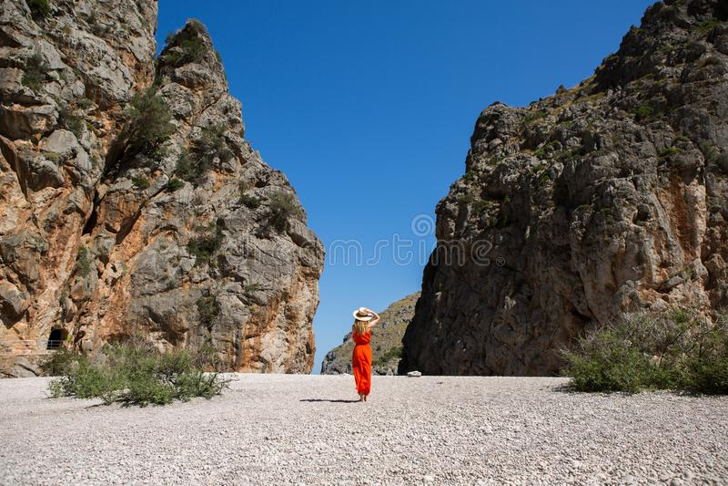 Van de de reisvakantie van Europa de vrouw die van de de pretzomer in vrijheid dansen stock afbeelding